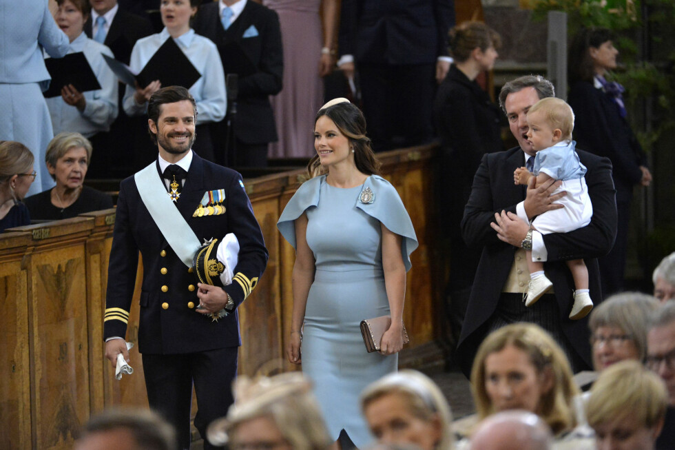 GOD STEMNING: Prins Carl Philip og kona prinsesse Sofia hadde fått barnevakt for prins Alexander - som ble født 19. april. De slo følge med prinsesse Madeleines ektemann Chris O'Neill og deres sønn prins Nicolas. Foto: NTB Scanpix