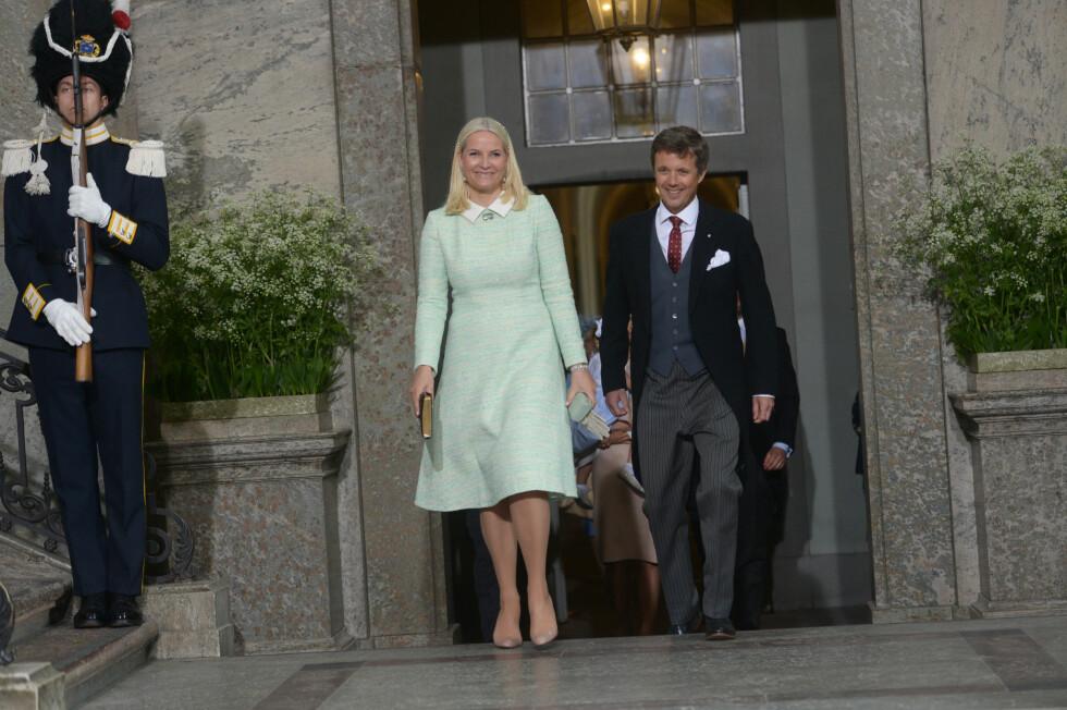 FADDERE: Kronprinsesse Mette-marit og kronprins Frederik av Danmark var to av prins Oscars faddere.  Foto: NTB Scanpix