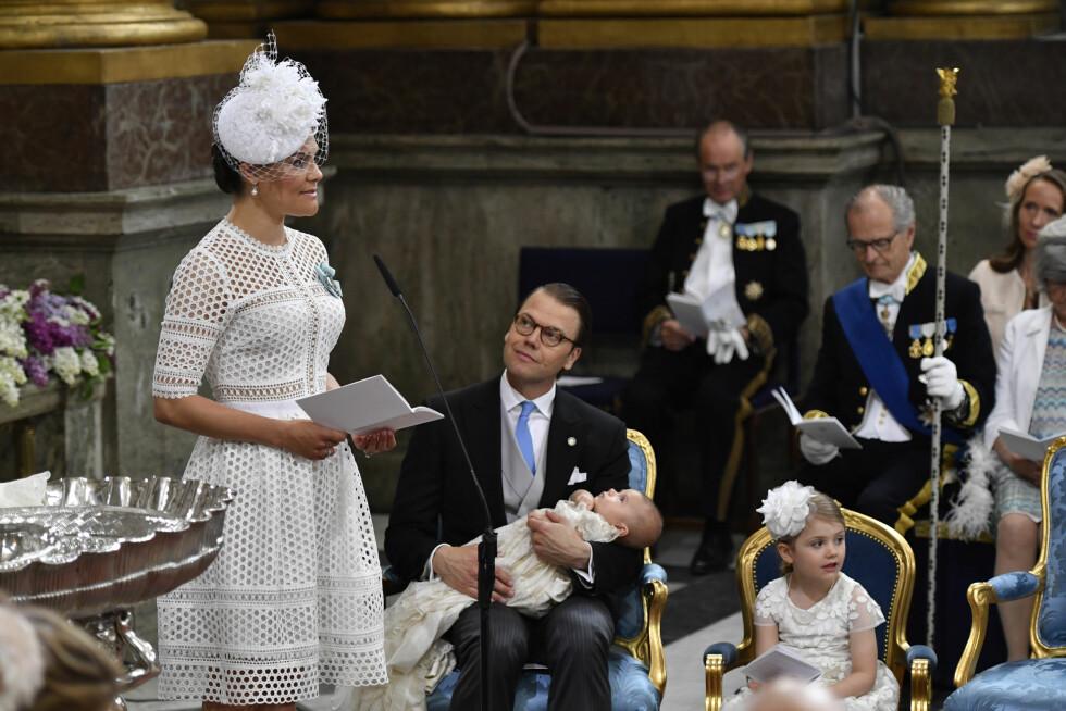 TALTE FOR DÅPSFORSAMLINGEN: Kronprinsesse Victoria leste bønn for sin sønn. Foto: NTB Scanpix