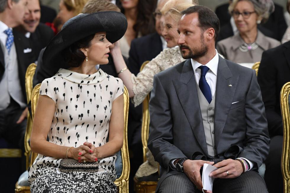 PLUS ONE: Ettersom kronprinsesse Mary og kronprins Haakons ektefeller var faddere var de hverandres plus one under dåpen i Stockholm. De er gode venner, også på privaten. Foto: NTB Scanpix