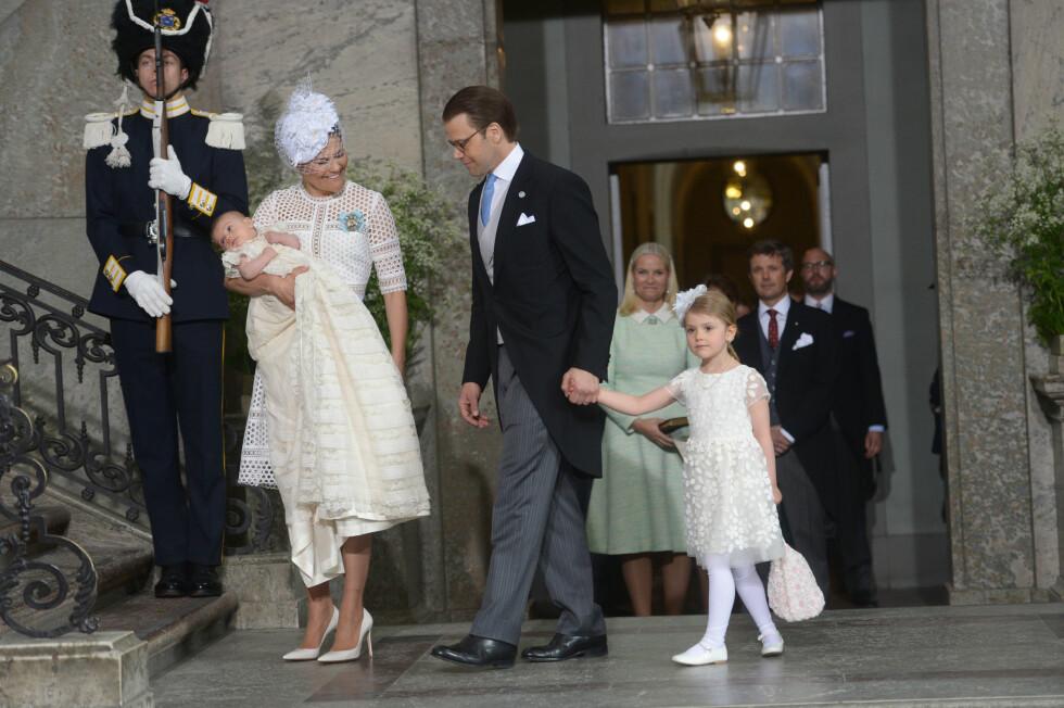 PÅ VEI INN: Kronrpinsesse Victoria med dåpsbarnet prins Oscar på armen. Her med prins Daniel og prinsesse Estelle. Kronprinsesse Mette-Marit og kronprins Frederik i bakgrunnen. Foto: NTB Scanpix