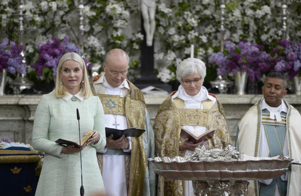 LESTE FRA BIBELEN: Kronprinsesse Mette-Marit, som er personlig kristen, leste med glede noen ord fra bibelen - nærmere bestemt «Apostelen Paulus' ord». Foto: NTB Scanpix