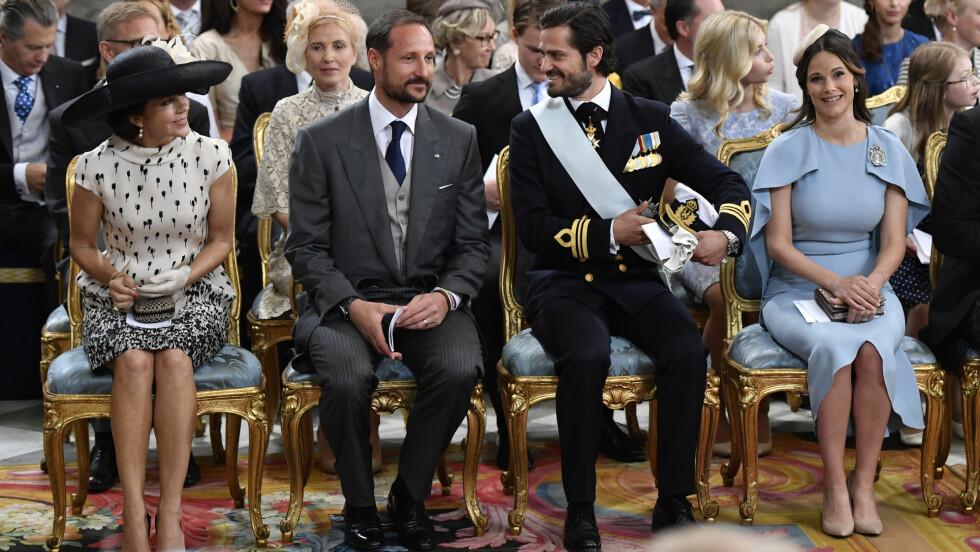 PRINS OSCAR: De skandinaviske kongehusene var på plass for å feire dåpen til kronprinsesse Victoria sønn prins Oscar. Fra venstre: kronprinsesse Mary, som hadde fått vår egen kronprins Haakon som sin kavaler og prins Carl Philip og hans kone prinsesse Sofia. Foto: NTB Scanpix