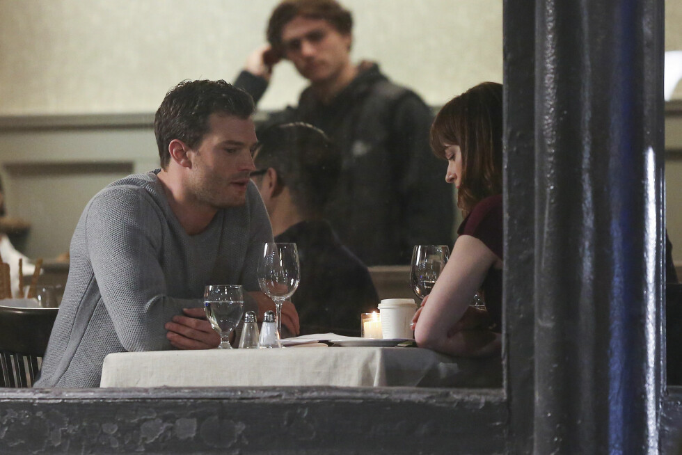 PÅ RESTAURANT: Her ser vi en scenen hvor Anastasia og Christian Grey snakker sammen på en restaurant.   Foto: Splash News