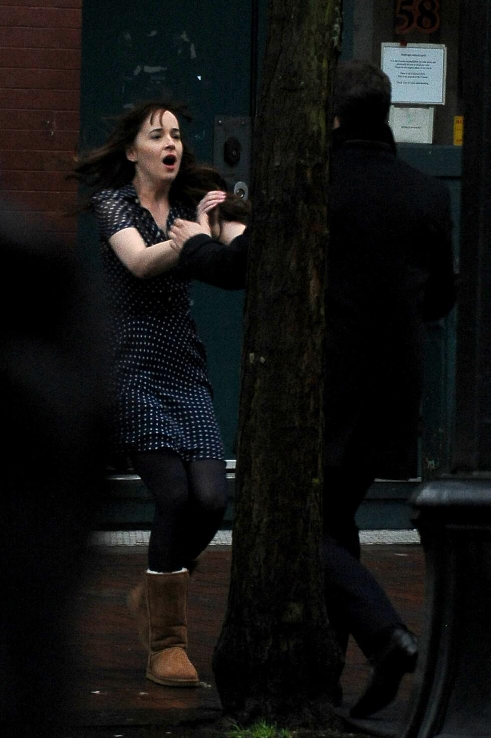 DRAMATISK: Anastasia løper inn i armene på Christian. Hva er det hun er så redd for?  Foto: Splash News