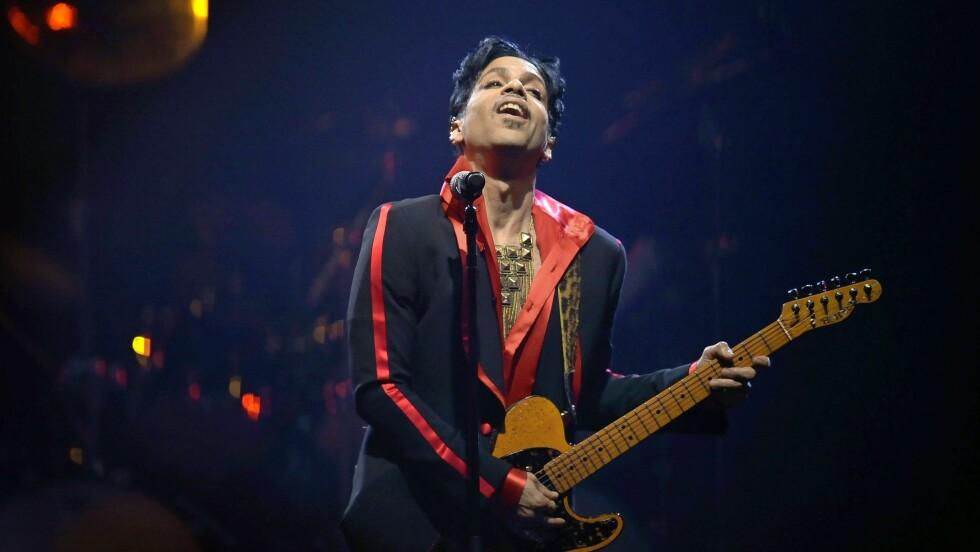 HYLLER PRINCE: Etter at Prince gikk bort i april er det flere sangstjerner som har hyllet legenden med sang. Derfor ble vi ganske overrasket da skuespiller Kate Hudson fremførte de vakreste toner tidligere i mai. Hvem visste vel at hun hadde DEN stemmen? Foto: Epa