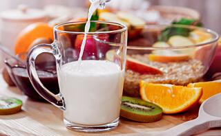 Å drikke et glass melk til frukten har en genial effekt!