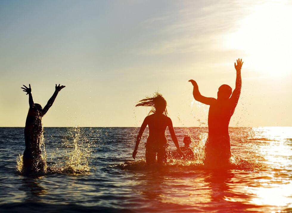 <strong>INGEN KRAV:</strong> Det finnes ingen absolutte krav til vannkvaliteten ved friluftsbad og badestrender, men det finnes såkalte vannkvalitetsnormer. Kommunene tar derfor jevnlige prøver for å måle mengden tarmbakterier. Foto: Shutterstock / Maxim Blinkov
