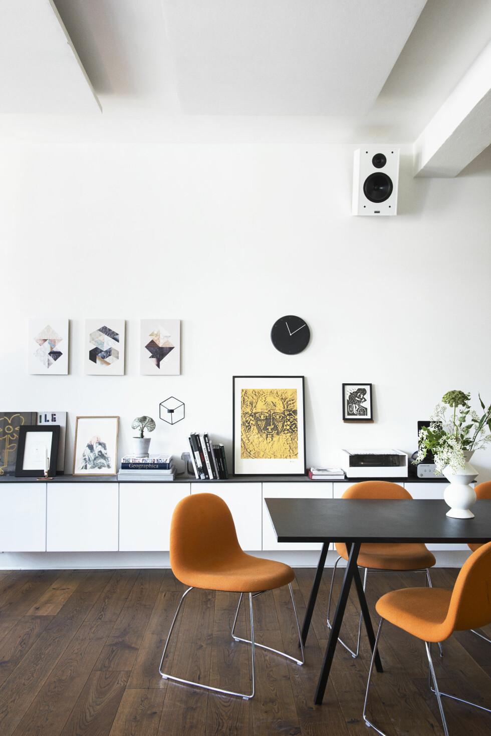 <strong>FARGEKLATTER:</strong> Gubistolene blir sammen med grønne planter som energiske fargeklatter i det moderne, nøytrale interiøret. Foto: Gyrithe Lemche