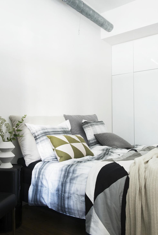 KOSELIG SENG: Sengeteppe, puter og vase fra Ferm Living. De store putene og sengetøyet er fra Turiform. Herfra kommer også det naturhvite ullpleddet som ligger på sengen.  Foto: Gyrithe Lemche