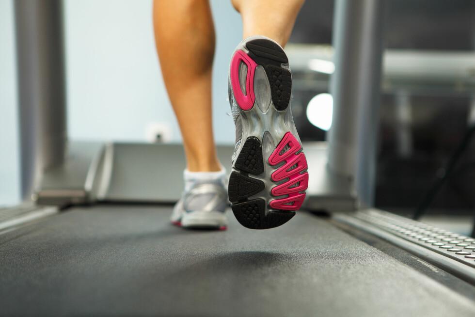 PÅ MØLLA: Å løpe på tredemølle kan være like effektivt som å løpe utendørs. Men løping utendørs belaster kroppen din mer. Foto: Sergey Nivens - Fotolia