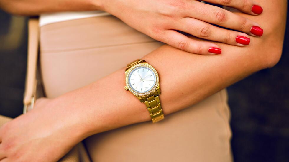 KLOKKETREND: Den feminine modellen er det som gjelder nå! De maskuline klokkene har regjert lenge, men nå skal altså klokken være smal, feminin og gjerne i gult gull. Foto: Shutterstock / Ann Haritonenko