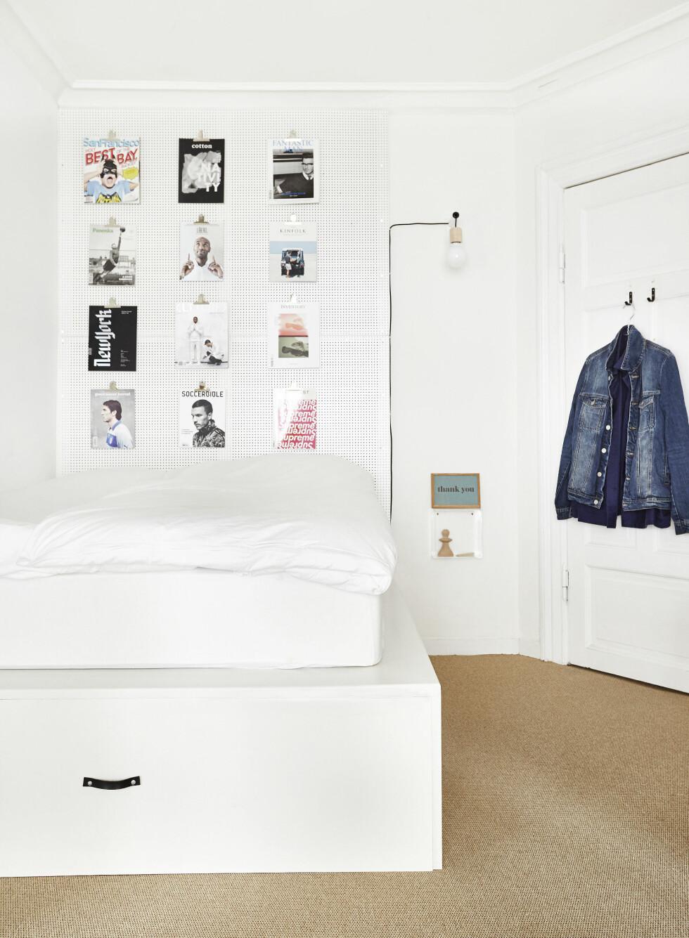 TRENDY SOVEROM: Under sengen er det gjort plass til oppbevaring av sengetøy. Sengen er hjemmebygget. Sengebordet er fra Hay. Lampen er laget av et bordbein som det er boret et hull i og kjørt en sokkel gjennom - sokkelen er fra Colors by Copenhagen. Skriveplater fra Søstrene Grene er brukt i stedet for bilderammer. Foto: Klix Kommunikation