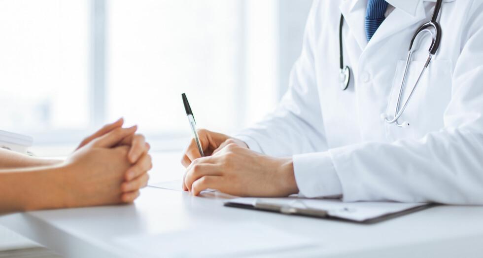 UTRADISJONELT: Helse- og omsorgsdepartementet sier til KK.no at mange av de alternative behandlingene skiller seg fra skolemedisinen på for mange måter. Foto: Shutterstock / Syda Productions