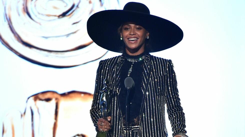 CFDA FASHION AWARDS: Beyonce tar i mot den gjeve moteprisen Fashion Icon Of The Year i en glitrende dress fra Givenchy. Foto: Afp