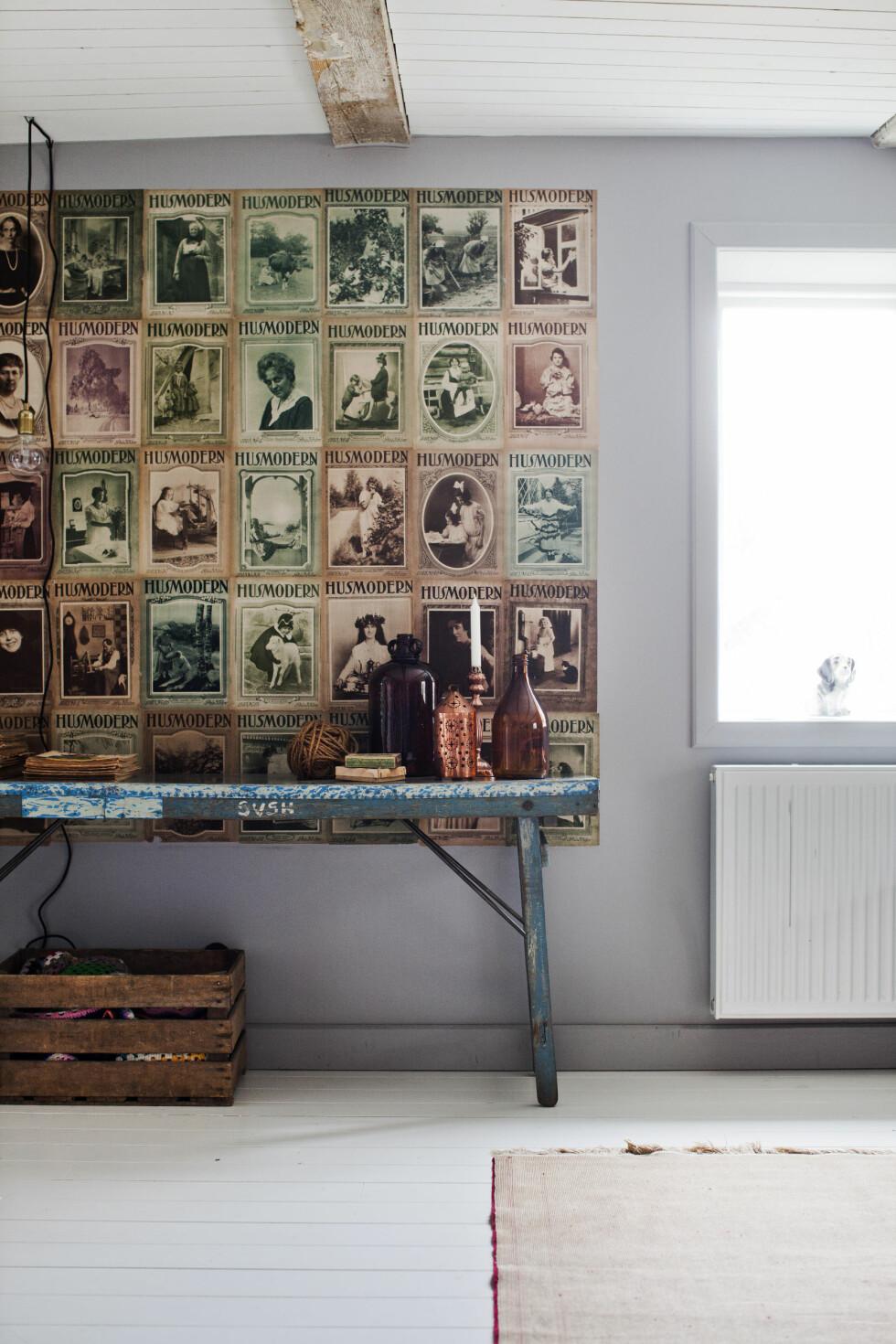 MAGASINER PÅ VEGGEN: — Vi tapetserte litt av veggen i stuen med forsidene til Husmodern fra 1920, som vi kjøpte for 2 kr pr stk i en veikant for mange år siden. Foto: Lina Östling / IDECORimages.com