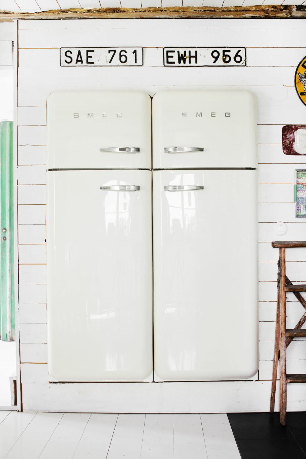 TRENDY KJØLESKAP: De to kjøleskapene fra Smeg er det paret er mest fornøyd med på kjøkkenet. Foto: Lina Östling / IDECORimages.com