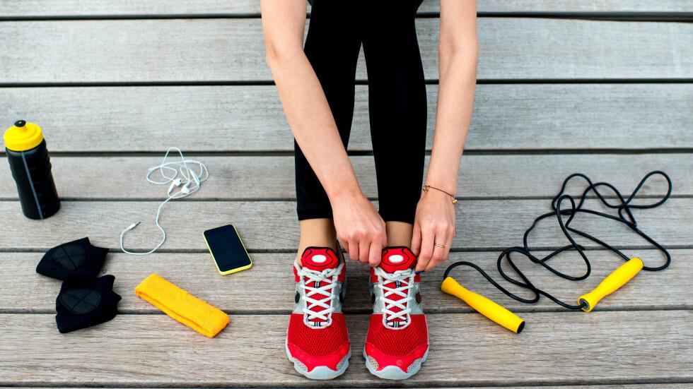 TRENINGSAPPARAT: Selvfølgelig kan du trene hjemme i din egen stue! Sjekk ut noen av de morsomme treningsapparatene vi har funnet nederst i saken. Foto: Shutterstock / RossHelen