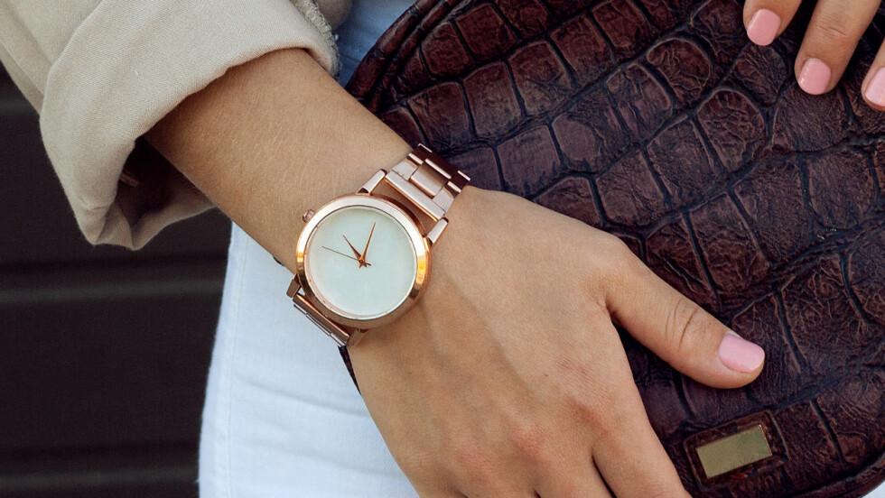 TRENDY KLOKKE: Den feminine, slanke klokken i gull er den hotteste akkurat nå! Foto: Shutterstock / Viktoria Minkova