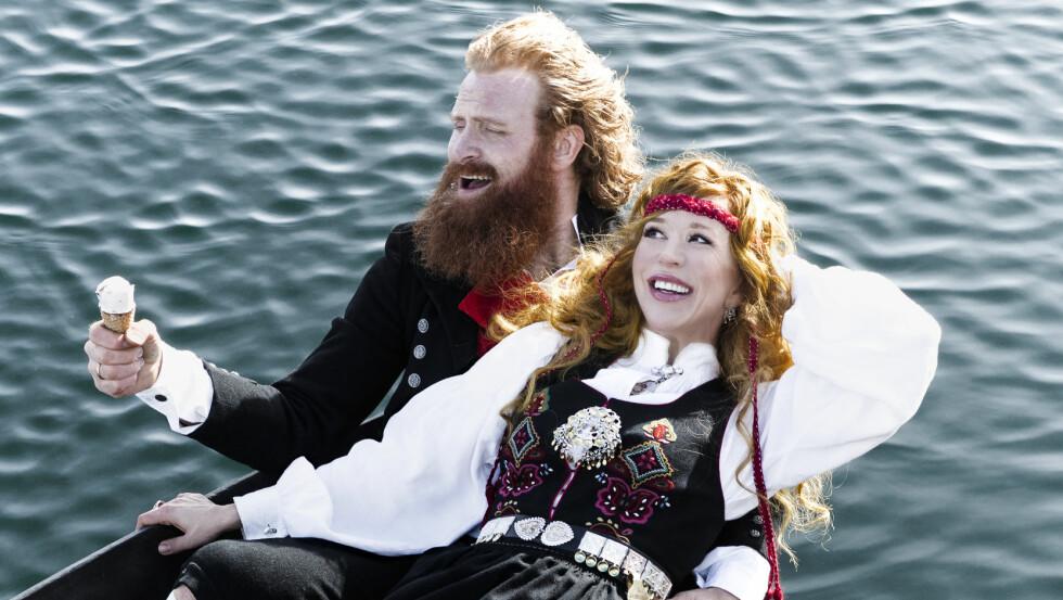 <strong>FLOTT PAR:</strong> Kristofer Hivju (37) har vestfoldbunad, mens kona Gry Molvær Hivju (45) har sunnmørsbunaden. Foto: Astrid Waller