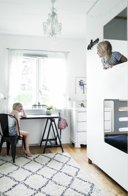 MORSOMT ROM: På jenterommet har Filip kledd en køyeseng fra Ikea med hvitmalte mdf-plater. Det gjør uttrykket morsommere og mer helhetlig. Gardiner fra Ikea og teppet fra Ellos.    Foto: Tia Borgsmidt