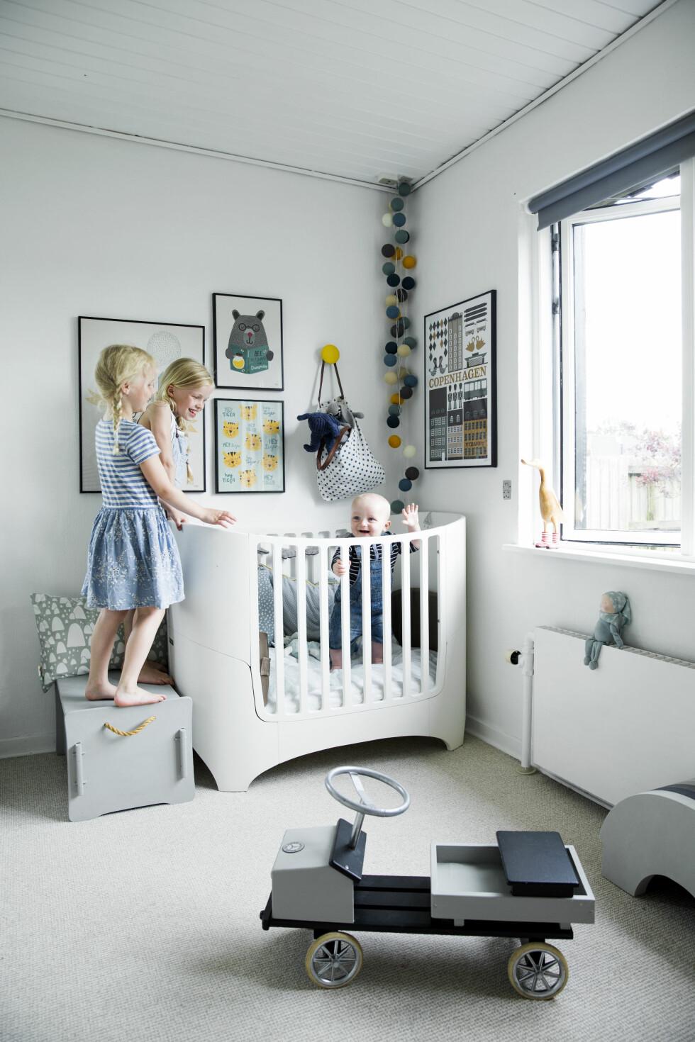 FINE FARGER: Villums rom er innredet igrått, blått og sennepsgult. Sengen er fra Leander og plakatene på veggen fra Michelle Carlslund og Ferm Living. Foto: Tia Borgsmidt