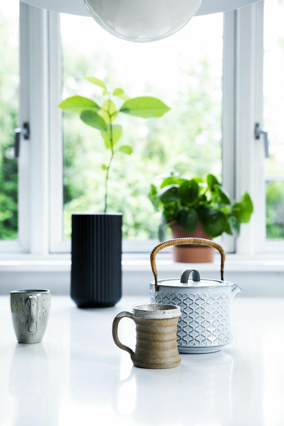 SVART DETALJ: Loppisfunn og en svart vase fra Lyngby by Hilfling. Foto: Tia Borgsmidt