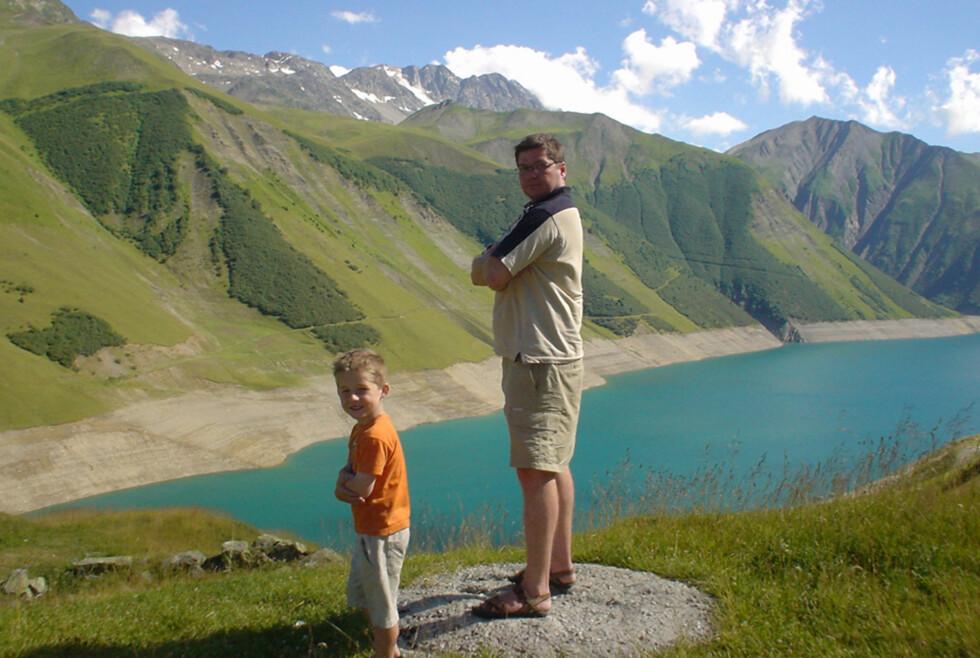 FAR OG SØNN: Erik og Arne på tur i Alpene, 2800 meter over havet.  Foto: Privat
