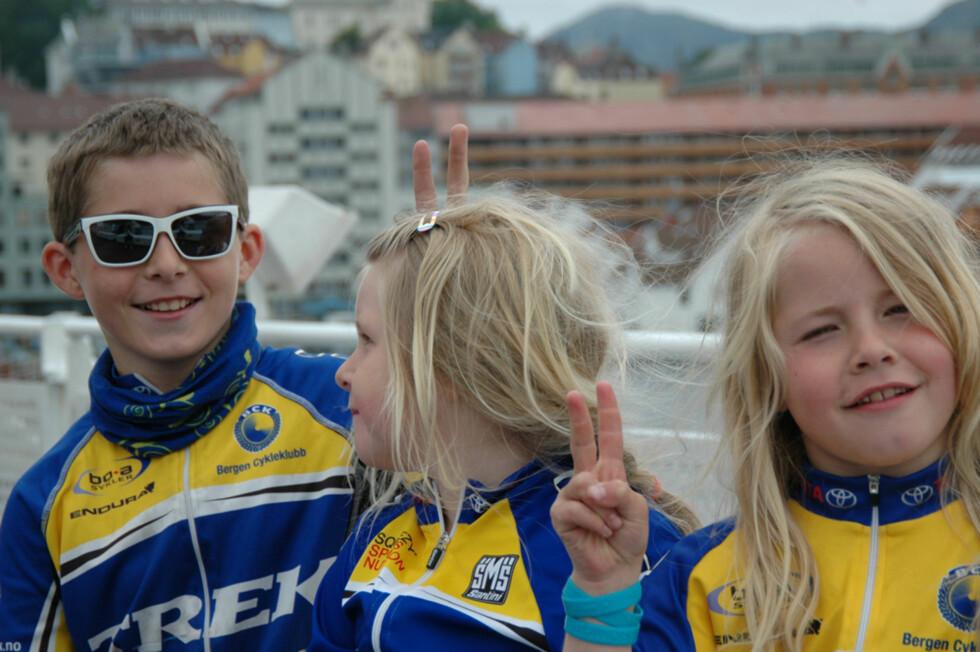 SPORTY GJENG: Både Erik, Helene og Christine er med i Bergen Cykleklubb. Her står de på havna i Bergen og er på vei til Danmark på sykkelferie i 2012.  Foto: Privat