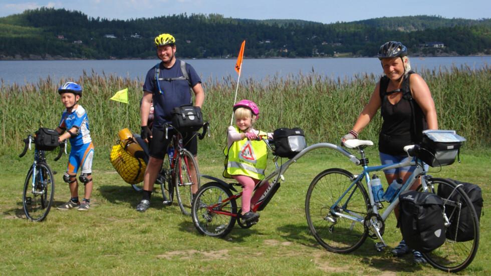 FAMILIETUR: Alle fem på sykkel: (f.v.) Erik, Arne (Helene bak), Christine og Pia-Camilla. Sykkelferien, som varte i 3,5 uke, ble deres lengste og siste sammen. Bildet er tatt i 2008 på en teltplass i Sverige.  Foto: Privat