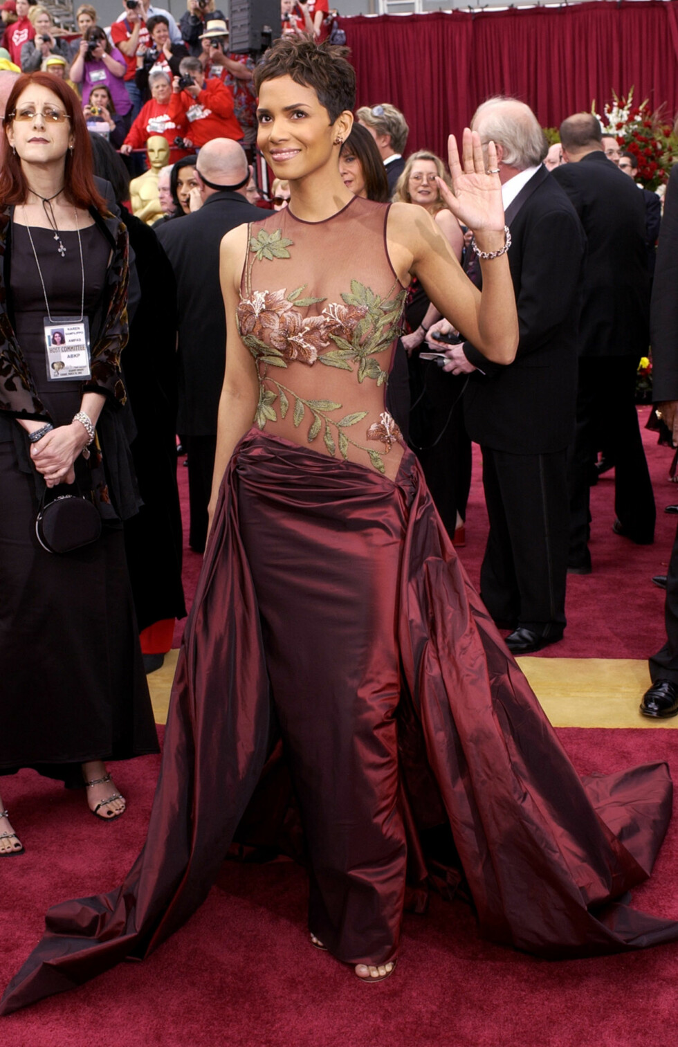 Actress Halle Berry waves as she arrives for the 74th annual Academy Awards on Sunday, March 24, 2002, in Los Angeles. Berry is nominated for best actress for her role in ÒMonster's Ball.Ó (AP Photo/Laura Rauch) Foto: AP