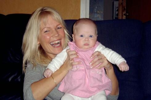 GOD MOR: Utsiktene er lysere i dag enn da Hanne var småbarnsmor med en MS-diagnose hun ikke trodde det var mulig å bli kvitt. Nå er datteren Tuva 12 år. Foto:  Privat