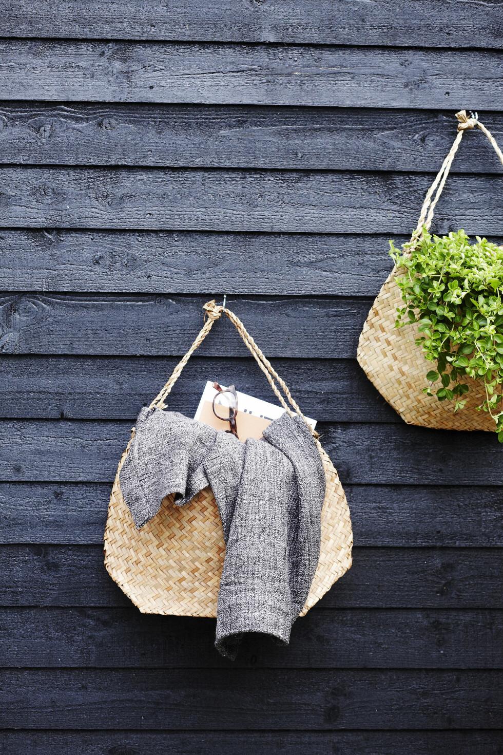VEGGPRYD: Fest små kroker og knagger på veggen – så kan du henge opp kurver, vesker, stoffstykker, bilder eller tepper. Kjempefin dekor – du trenger bare å finne din egen stil. Her har vi hengt opp kurver til både planter og oppbevaring av for eksempel magasiner. Fint, ikke sant?  Foto: Mette Wotkjær