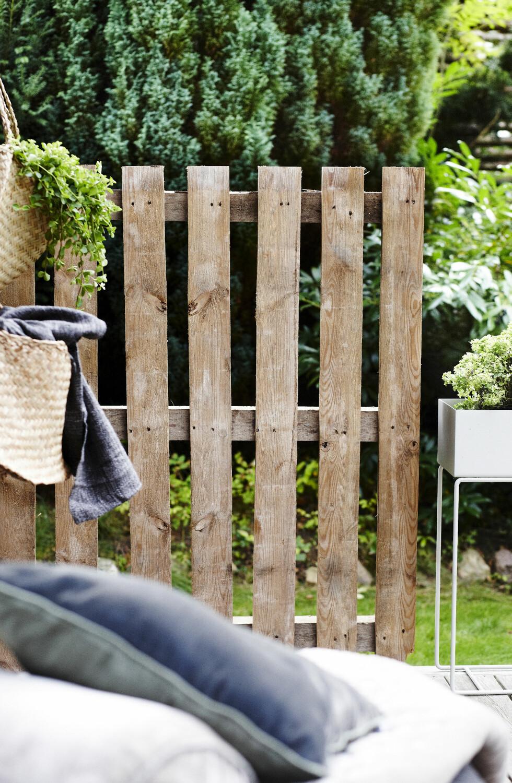 LEVEGG: En europalle kan faktisk brukes til andre ting enn bord og sofaer – og her er den brukt som en levegg i et hjørne. Litt enklere enn å snekre en vegg fra topp til tå, eller? Sår du klatreplanter ved bunnen av pallen, vil den raskt bli en utrolig dekorativ og grønn vegg.  Foto: Mette Wotkjær