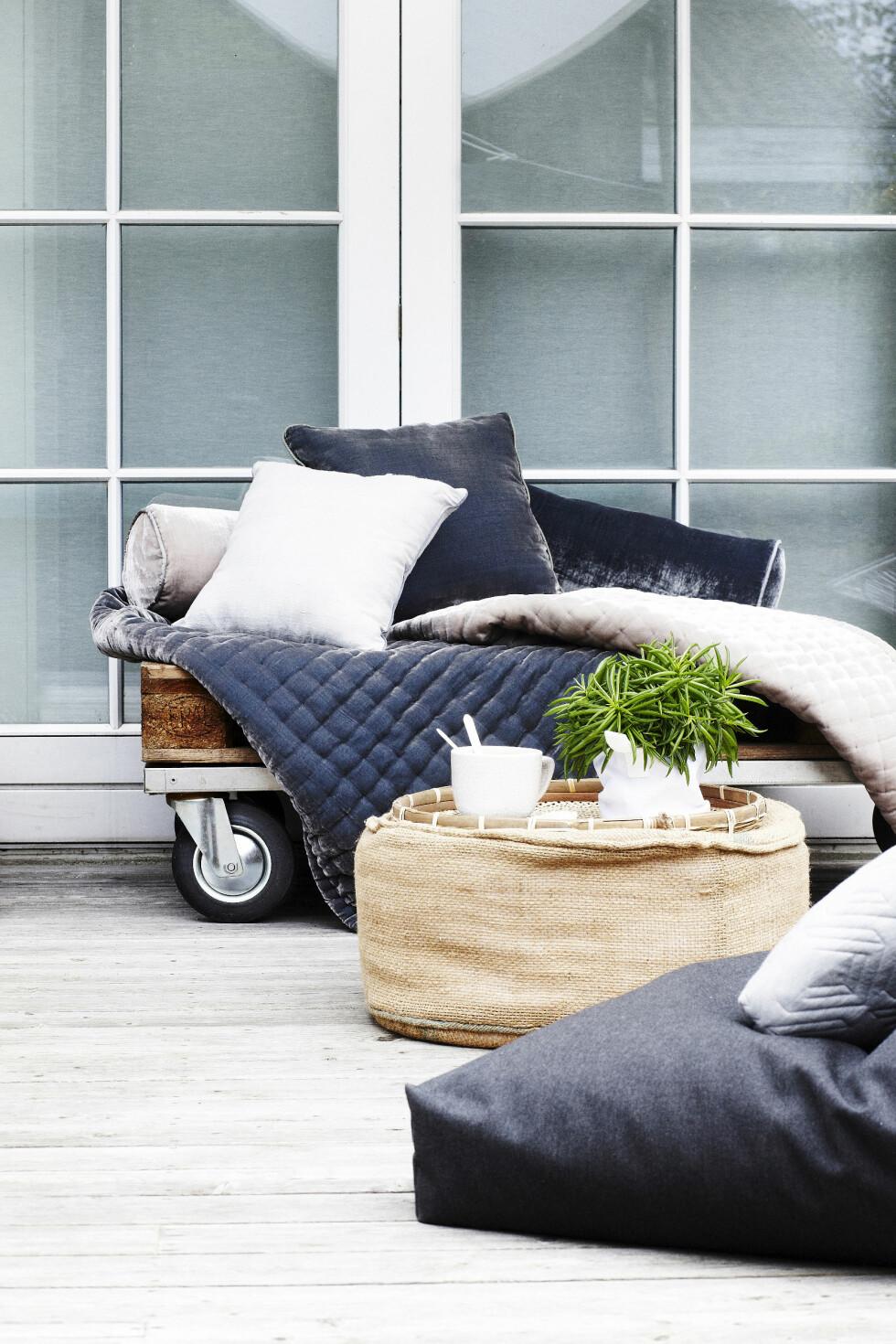 SOFA PÅ EN-TO-TRE: Det er jo en grunn til at pallemøbler er blitt så populært: Billig og enkelt. Denne mini-sofaen er laget ved å skru et hjul i hvert hjørne, legge en plate på toppen og så dekke den med tepper og puter.   Foto: Mette Wotkjær