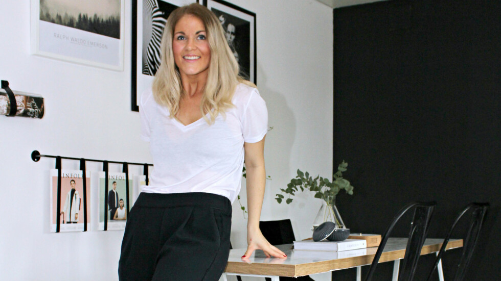 TRENDY STUE: Elisabeth i stuen. Hos henne blandes nordisk design og industriell råhet med vintagekupp og diverse DIY-prosjekter.   Foto: Elisabeth Halbjørhus