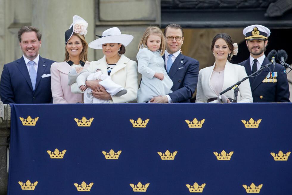 VISTE FRAM PRINSEN: 8 uker gamle prins Oscar fikk være med å vinke til folket da de feiret kongen i Stockholm denne helgen. Foto: DPA