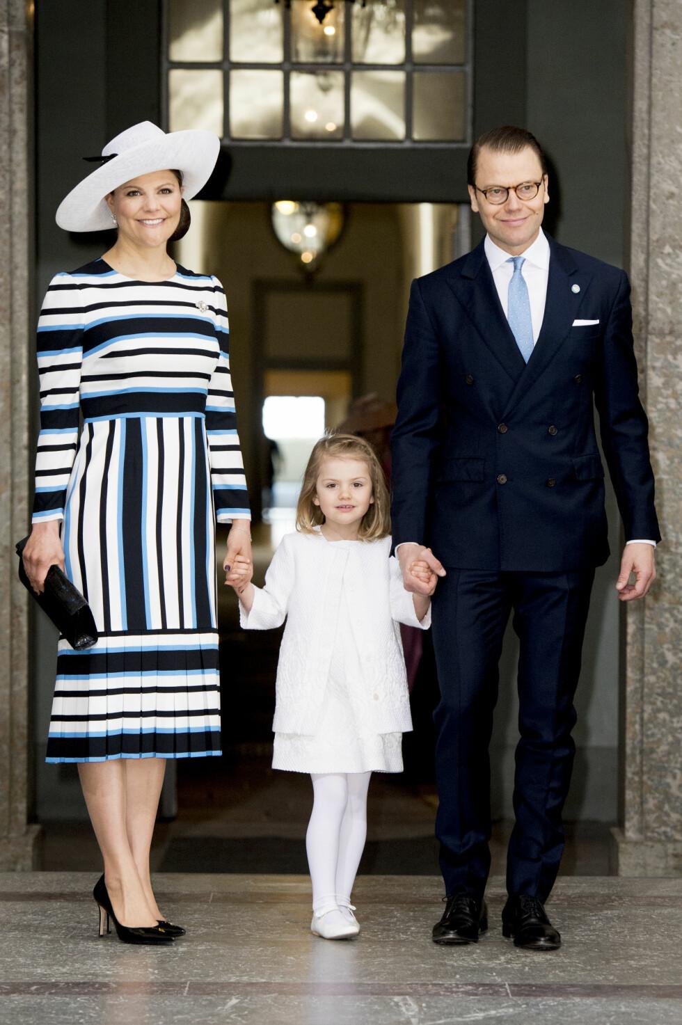 FORELDRE FOR ANDRE GANG: Kronprinsesse Victoria og prins Daniel ble foreldre for andre gang kun for noen uker siden. Her med sin førstefødte, prinsesse Estelle. Foto: Abaca