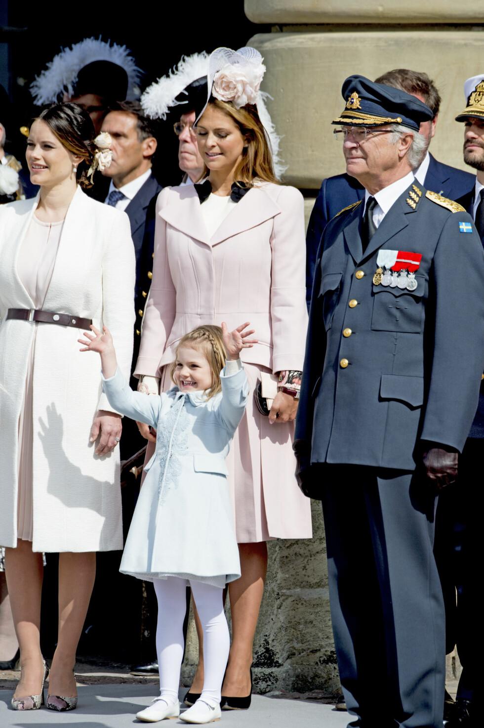 FIKK ALL OPPMERKSOMHETEN: Selv om det var bestefars dag, var det prinsesse Estelle som var midtpunktet i feiringen. Foto: Abaca