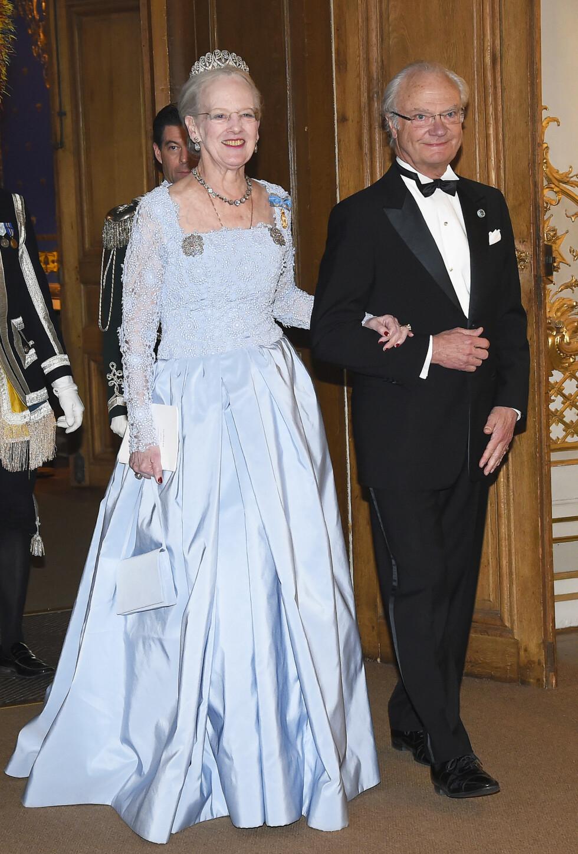NY DRONNING PÅ ARMEN: Bursdagsbarnet kong Carl Gustaf ankom festen med dronning Margrethe av Danmark.  Foto: Aftonbladet
