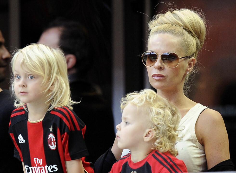 ZLATANS FAMILIE: Fotballproffen er samboer med den svenske forretningskvinnen Helena Seger, og sammen har de sønnene Maximilian (9) og Vincent (8). Dette bildet er fra høsten 2010, da Zlatan spilte for AC Milan. Foto: NTB Scanpix