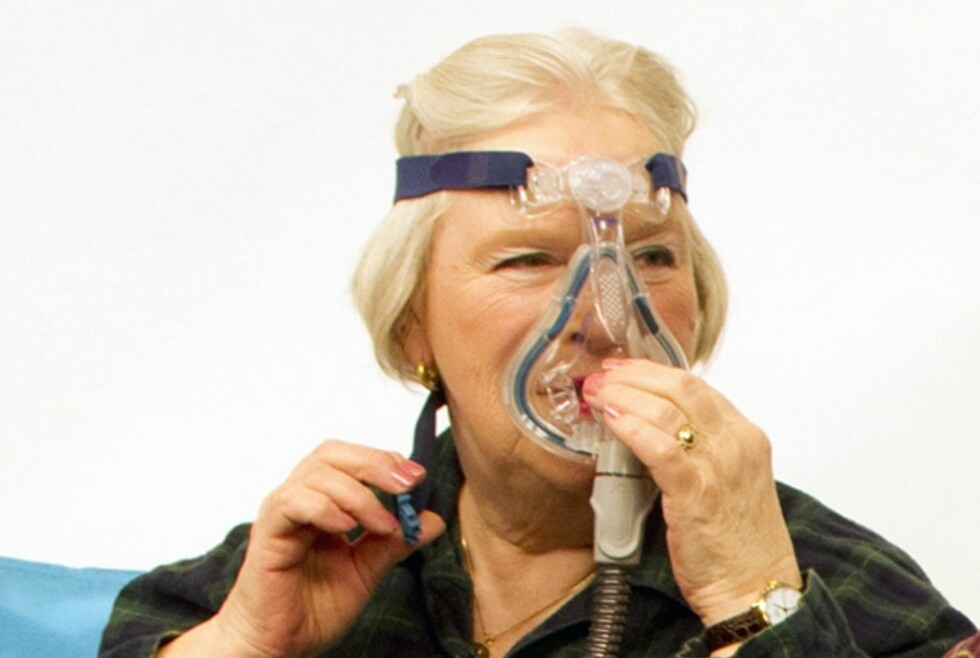 SØVNAPNÉ: Marit Aschehoug må sove med en CPAP-maske hver eneste natt, hele året.  Foto: Foreningen for Søvnsykdommer