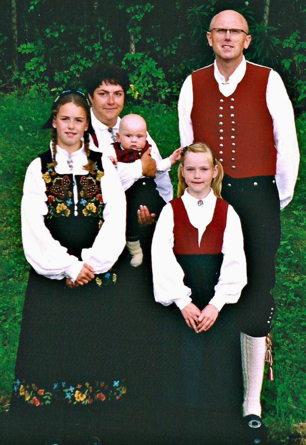 <strong>EN MÅNED FØR:</strong> Bildet er tatt på et slektsstevne i august 2004, cirka en måned før Kjell døde. Minstemann Theodor var et halvt år gammel, Line (t.v.) 11 og Frida 8 år. Foto: Privat