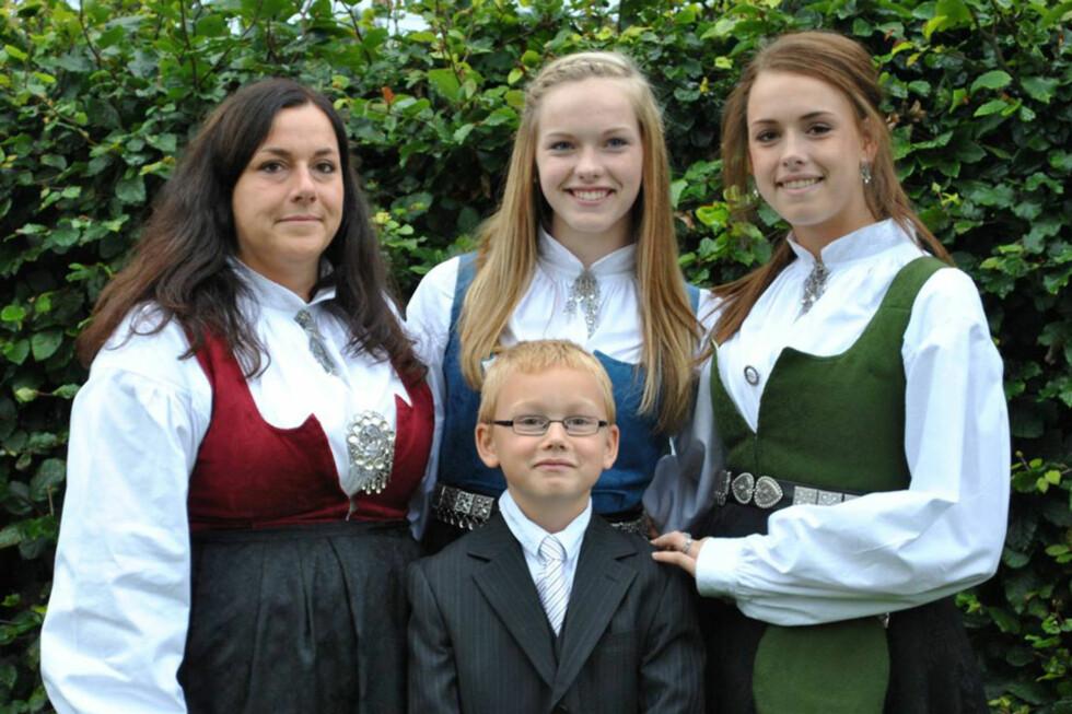 <strong>SAMLET:</strong> Familien under konfirmasjonen til Frida (i midten) september 2011. Foto: Privat