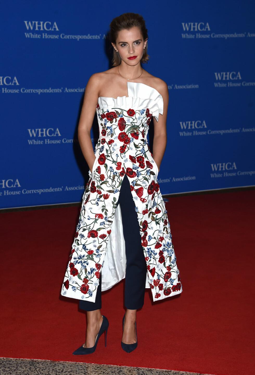DET HVITE HUS: Emma Watson gjentok favorittkombinasjonen kjole over bukse på den røde løperen. Foto: Pa Photos