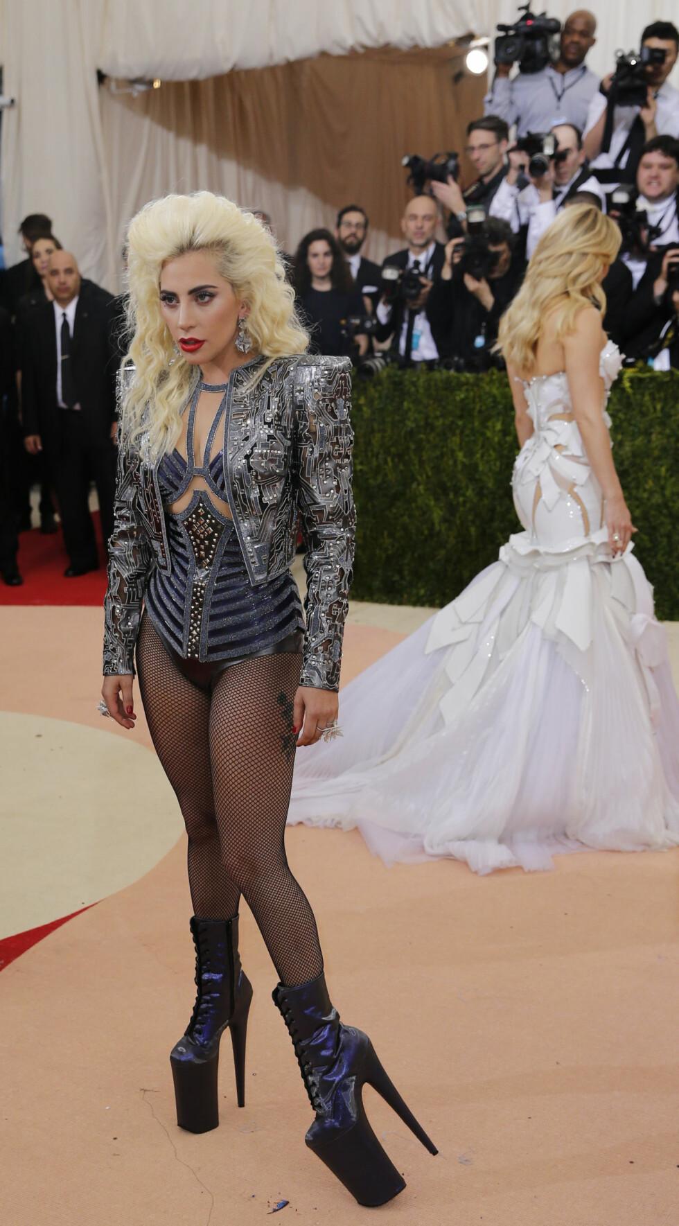 LADY GAGALT? Vi som var så glade for at Lady Gaga hadde begynt å gå nye veier i stilverdenen.. Foto: Reuters
