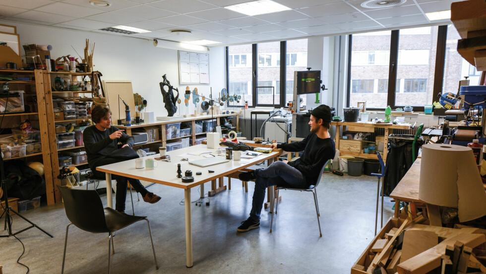 KREATIVT KAOS: Rundt dette bordet på Carl Berners plass blir de fleste av Kneips prosjekter til.  Foto: Christina Gothe Schultz