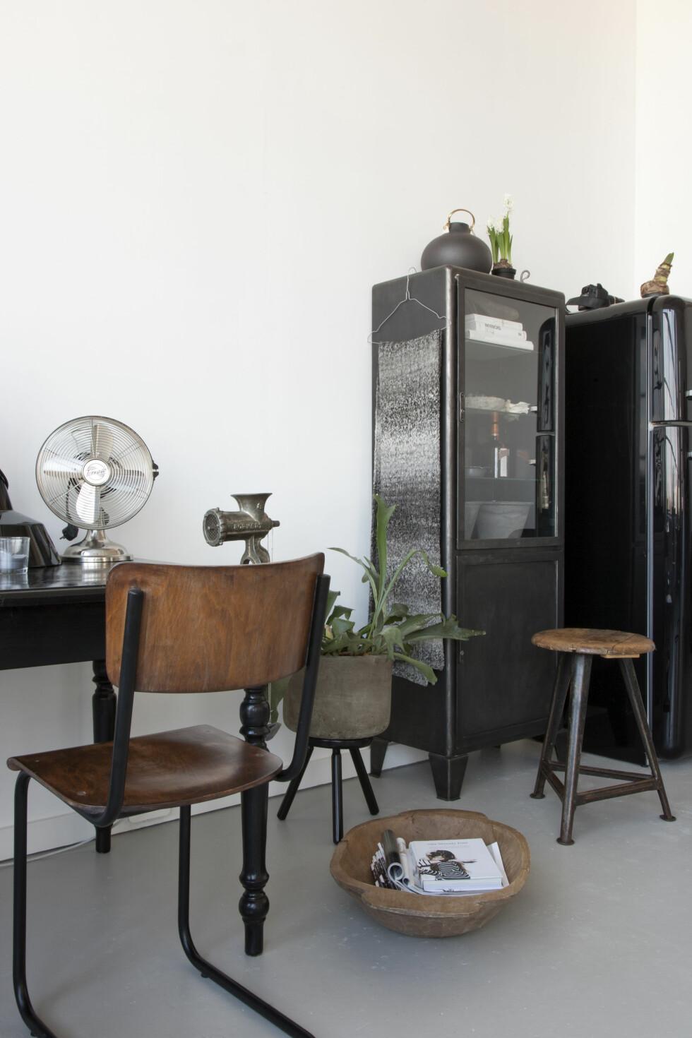 GAMMELT MØBEL: Kontorpulten på kjøkkenet er et gammelt furumøbel malt sort. Foto: Raul Candales Franch/IDECORimages.com