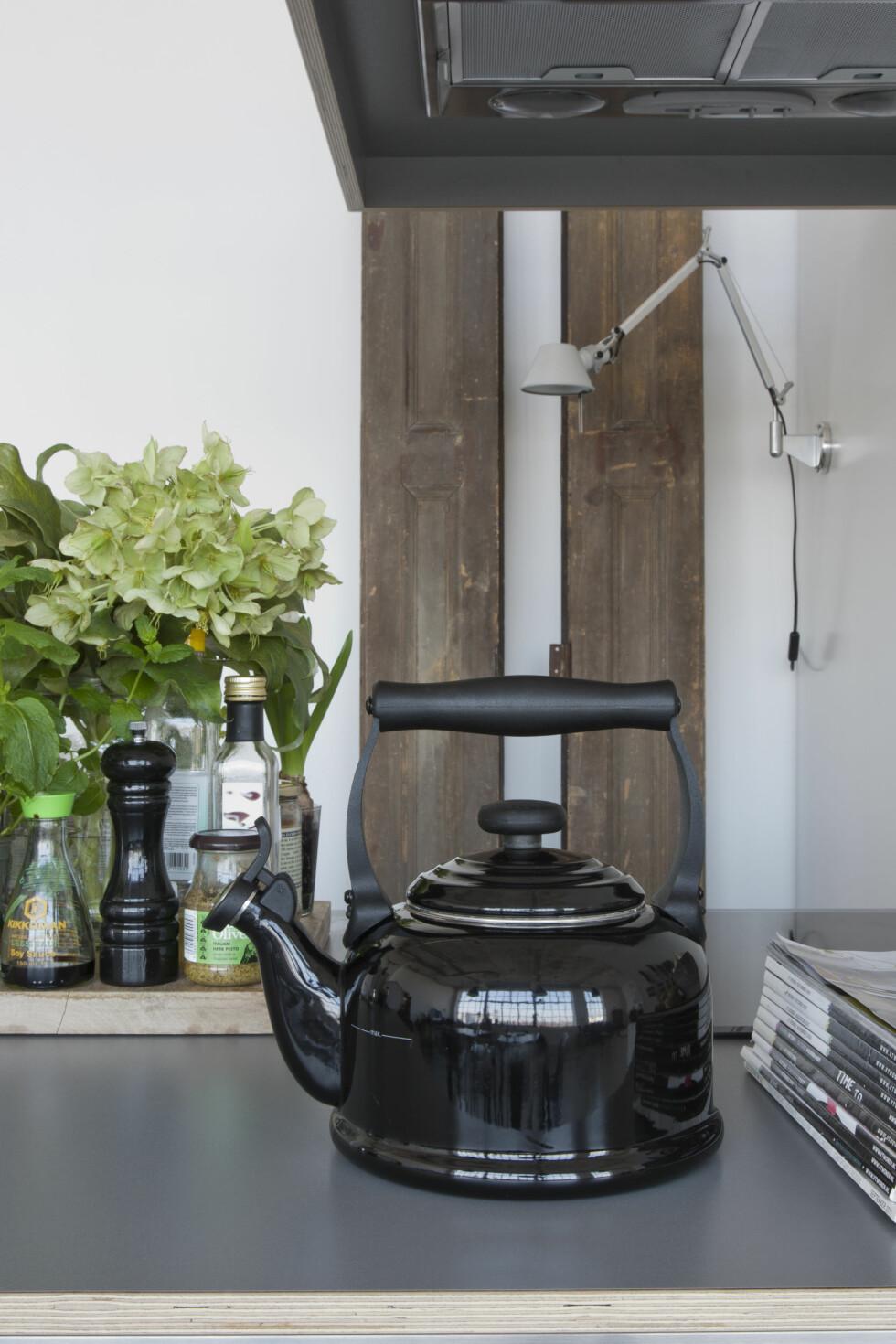 DETALJER PÅ KJØKKENET: Den svarte tekannen fra Le Creuset passer perfekt inn på kjøkkenbenken. Foto: Raul Candales Franch/IDECORimages.com
