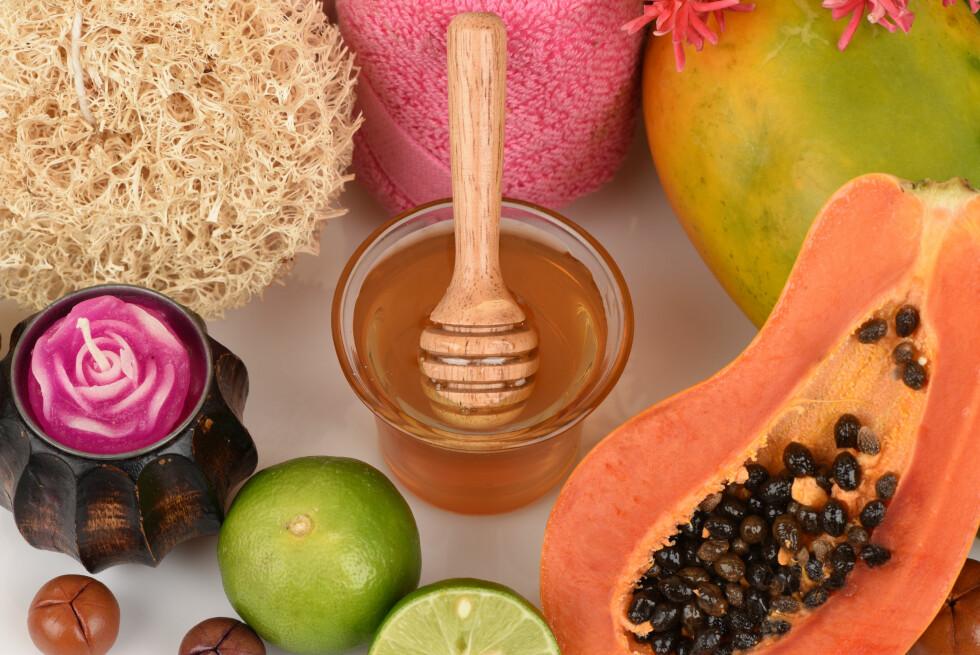 SKRUBB: Det finnes mange ingredienser som kan brukes til å lage en skrubb. Sitron og sukker blir dessverre for hardt for ansiktet ditt, og honningen, som du ser på bildet, vil tette porene dine. Foto: Shutterstock / wasanajai
